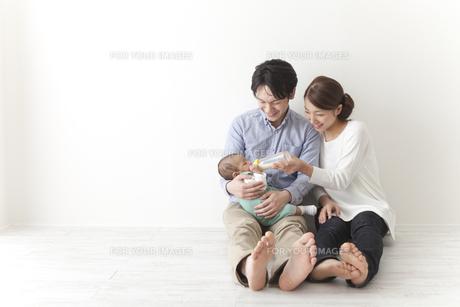 子供にミルクを飲ませる夫婦の素材 [FYI00024293]