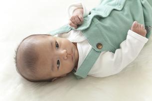 横たわる赤ちゃんの写真素材 [FYI00024295]