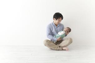 赤ちゃんをあやす男性の素材 [FYI00024297]