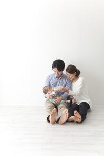 子供にミルクを飲ませる夫婦の素材 [FYI00024298]