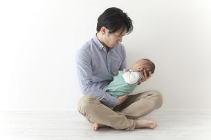 赤ちゃんをあやす男性の素材 [FYI00024300]
