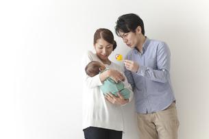 子育てをする夫婦の素材 [FYI00024302]