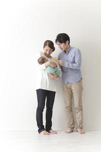 子育てをする夫婦の素材 [FYI00024303]