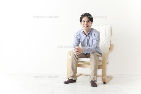 椅子でくつろぐ男性の素材 [FYI00024304]