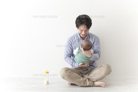赤ちゃんをあやす男性の素材 [FYI00024305]