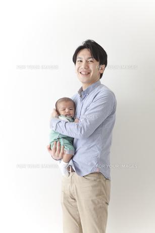 赤ちゃんをだっこする男性の素材 [FYI00024308]