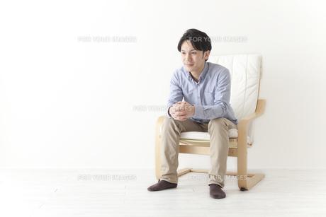 椅子でくつろぐ男性の素材 [FYI00024309]