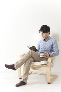読書をする男性の素材 [FYI00024311]