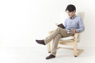読書をする男性の素材 [FYI00024315]