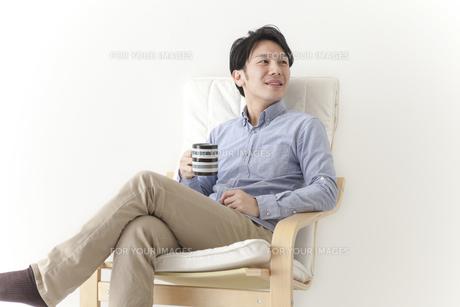 椅子でくつろぐ男性の素材 [FYI00024319]