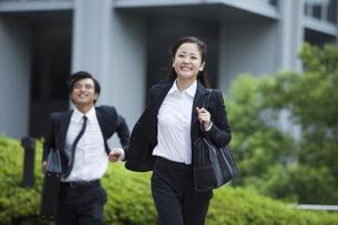 若い会社員の男女の素材 [FYI00024393]