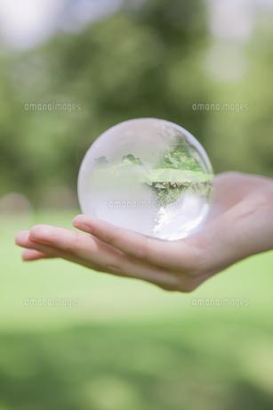 地球を持つ手の写真素材 [FYI00024442]