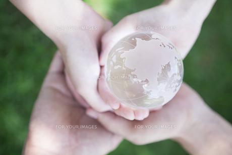 地球を持つ手の写真素材 [FYI00024444]