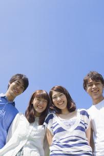 公園で微笑む若者達の写真素材 [FYI00024446]