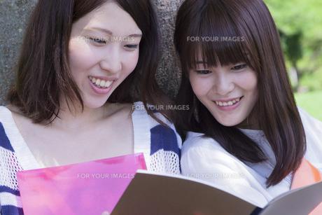楽しげな女子学生達の素材 [FYI00024452]