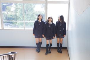 踊り場で談笑する高校生たちの素材 [FYI00024458]