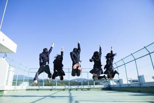 屋上ではしゃぐ高校生たちの素材 [FYI00024470]