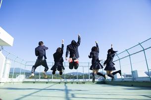 屋上ではしゃぐ高校生たちの写真素材 [FYI00024479]