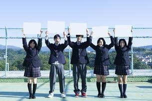 屋上に立つ高校生たちの素材 [FYI00024481]
