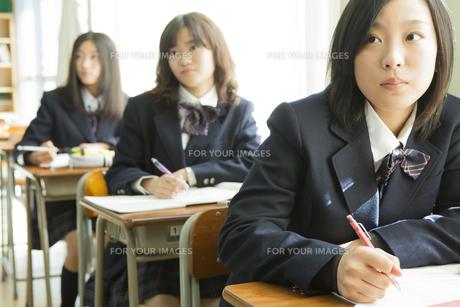授業を受ける女子高生の素材 [FYI00024498]