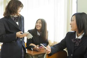 休憩時間の女子高生の写真素材 [FYI00024500]