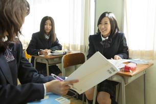 授業中の女子高生の素材 [FYI00024507]