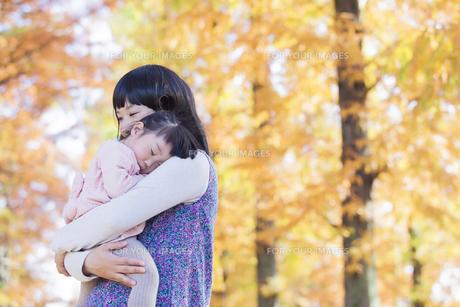 母にだっこされて眠る女の子の素材 [FYI00024510]