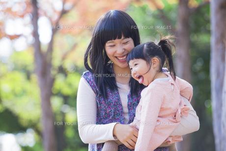紅葉を楽しむ母と娘の素材 [FYI00024520]