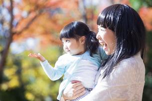 公園で遊ぶ母と娘の素材 [FYI00024523]