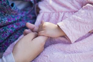 母と娘の手の素材 [FYI00024528]