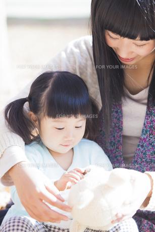 公園で遊ぶ母と娘の素材 [FYI00024533]