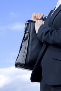 カバンを持つビジネスウーマンの手元の素材 [FYI00024542]