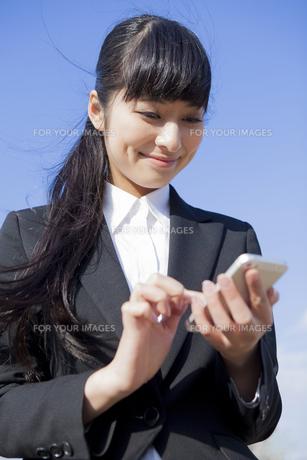 メールをするビジネスウーマンの素材 [FYI00024544]