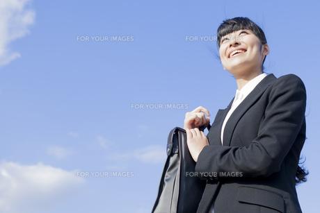 カバンを持つビジネスウーマンの素材 [FYI00024547]