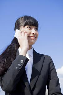 電話をかけるビジネスウーマンの素材 [FYI00024550]