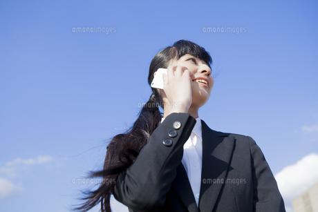 電話をかけるビジネスウーマンの写真素材 [FYI00024552]