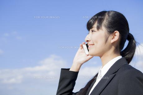 電話をかけるビジネスウーマンの素材 [FYI00024553]