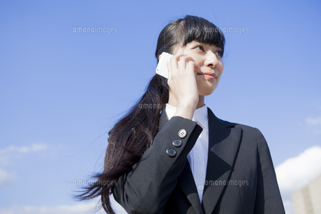 電話をかけるビジネスウーマンの写真素材 [FYI00024555]