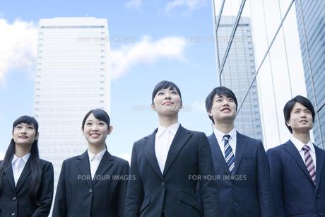オフィスに立つ新社会人の写真素材 [FYI00024562]