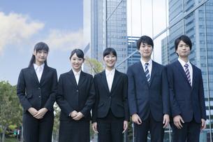 オフィスに立つ新社会人の写真素材 [FYI00024566]