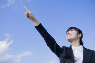 空に指を指すビジネスウーマンの素材 [FYI00024569]