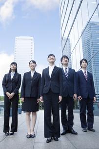 オフィスに立つ新社会人の写真素材 [FYI00024579]