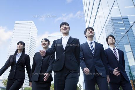 オフィスを歩く新社会人の写真素材 [FYI00024580]