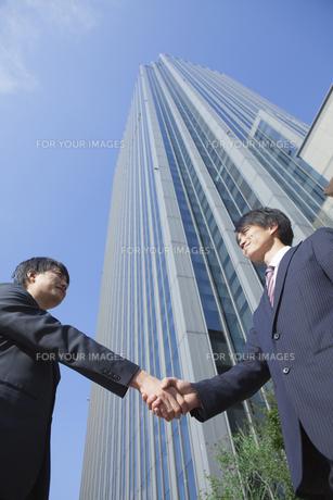 握手をするビジネスマンの素材 [FYI00024584]