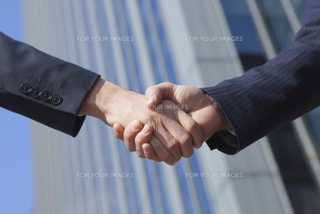 握手をする男性の手元の素材 [FYI00024587]
