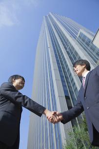 握手をするビジネスマンの素材 [FYI00024589]