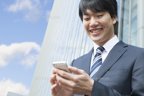 メールをするビジネスマンの素材 [FYI00024591]