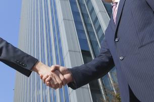 握手をするビジネスマンの素材 [FYI00024601]
