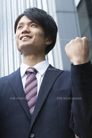 ガッツポーズをするビジネスマンの素材 [FYI00024606]