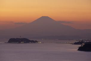 湘南の海と夕富士.、Shonan of the sea and the evening Fujiの写真素材 [FYI00024668]